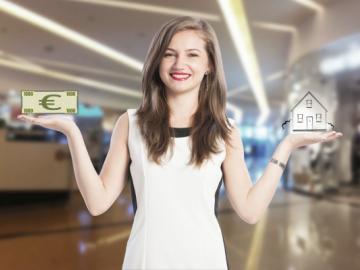 Vrouw met in ene hand 1000 euro en in andere hand huis