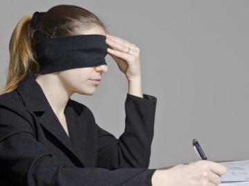 Vrouw met blinddoek voor zet handtekening