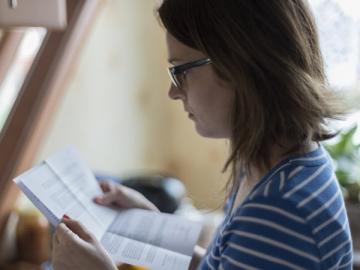 Vrouw bestudeert brief