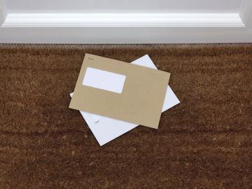 Envelop op deurmat