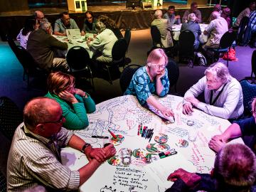 Huurders World Cafe tijdens het Woonbondsymposium Plus-factoren van een sterke huurdersorganisatie op 27 mei 2016 in Utrecht